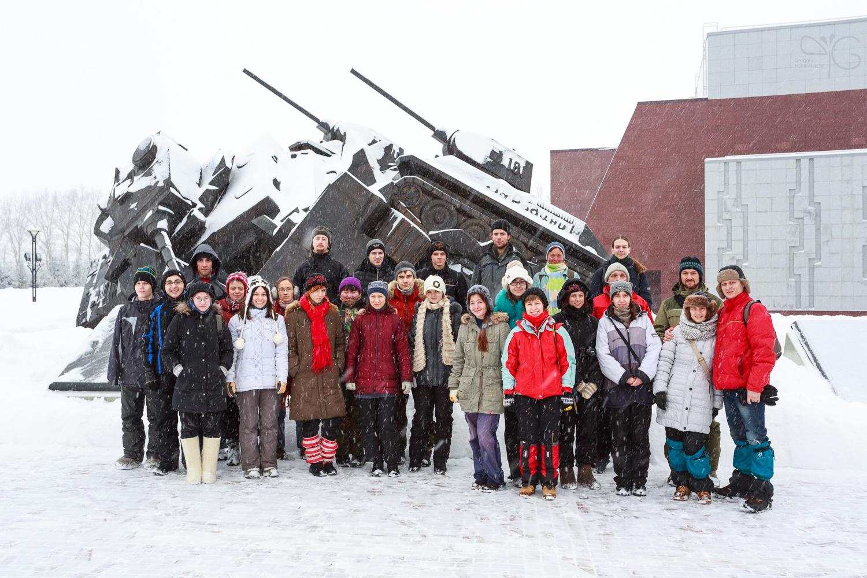 Волонтёры учётов в заповеднике Белогорье у памятника победе советских танкистов на Прохоровском поле