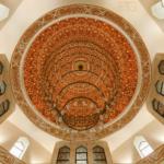 Интерьер Памятного знака, где хранится самый большой в мире печатный Коран