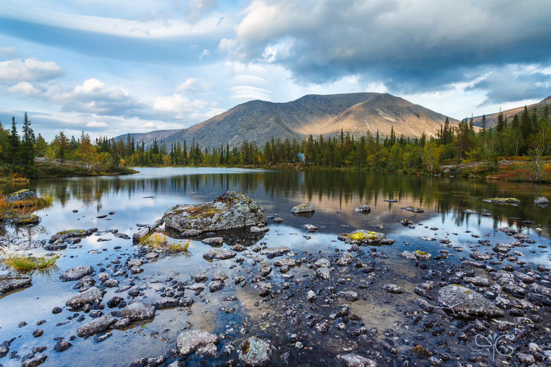 Отражение горы Рисчорр в озере с мелкими камнями