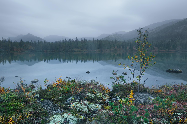 Озеро хмурым вечером
