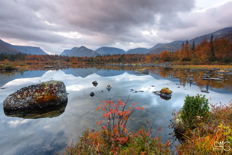 Эпический вид на Полигональное озеро и горы вокруг долины Кунийока