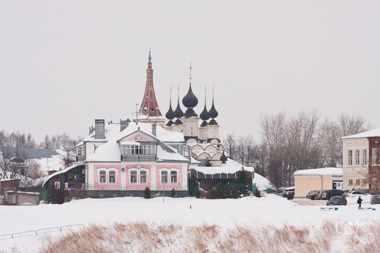 Вид на Лазаревскую церковь и старый дом с противоположного берега Каменки