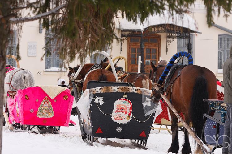 Сани, запряжённые лошадьми в выходной день, Торговые ряды